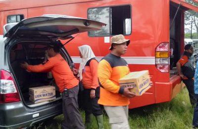 Petugas Pusdalop BPBD Situbondo dan anggota Pramuka Situbondo, saat menyalurkan bantuan paket sembako. (foto:fat)