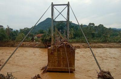 Jembatan rusak akibat diterjang banjir di Lebak, Banten. (foto.Ist)