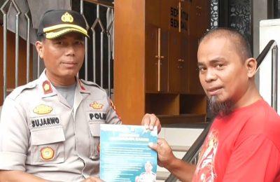 Kapolsek Mampang, Kompol Sujarwo saat melakukan sosialisasi kepada warga korban banjir. (foto. Tjg)