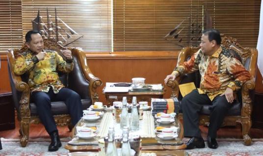 Ketua Badan Pengawas Pemilihan Umum (Bawaslu) Abhan dan Menteri Dalam Negeri (Mendagri) Prof. H.M. Tito Karnavian, Ph.D di Kantor Kemendagri Jakarta, Jumat (17/01/2020).