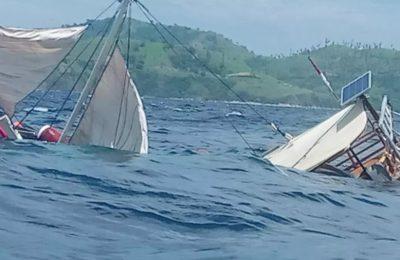Kapal Pinisi yang ditumpangi rombongan wartawan tenggelam di perairan Labuan Bajo, Selasa (21/1/20). (foto.Ist)