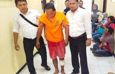 Trsangka Kusnadi alias Dirun, saat digelandang ke Mapolres Situbondo. (foto:fat)