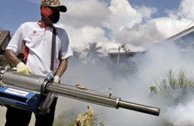 Petugas saat melakukan fogging di daerah endemis DBD di Kota Situbondo.(foto:fat)