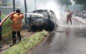 Mobil Toyota Innova Terbakar di Jalan Raya Bondowoso