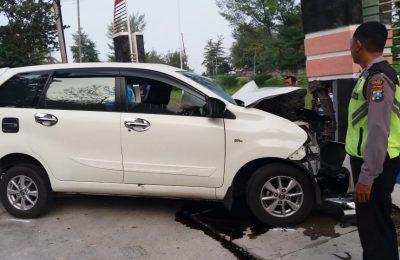 Kondisi mobil Avanza di lokasi kejadian, saat menabrak tugu di jalur Pantura Situbondo, tepatnya di jalan raya pantai wisata Pasir Putih, Situbondo. (foto:fat)