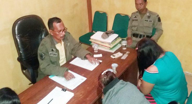 Tiga perempuan pemandu lagu, saat diminta keterangan oleh Sutikno, PPNS Satpol PP Pemkab Situbondo.(foto:fat)