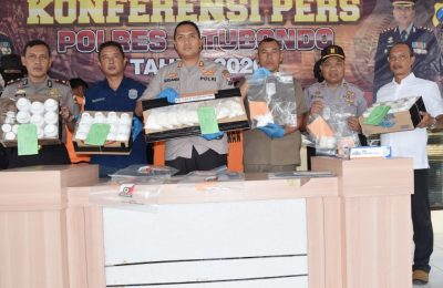 Kapolres Situbondo AKBP Sugandi, saat memberikan keterangan pers ke sejumlah wartawan di Situbondo. (foto:fat)