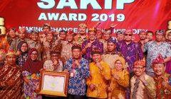 Bupati dan Wabup, dan para pimpinan OPD dilingkungan Pemkab Situbondo, usai meneriman piagam Sakip nilai A