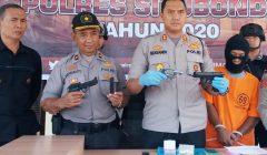 Kapolres Situbondo AKBP Sugandi, saat memberikan keterangan pers kepada wartawan. (foto:fat)