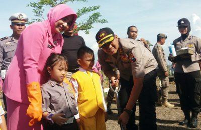 Kapolres AKBP Sugandi, Bupati Dadang, dan Damdin Situbondo, saat menanam ribuan pohon. (foto:fat)