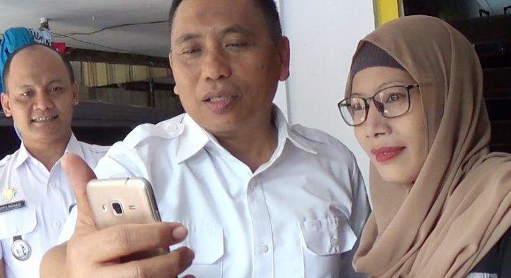 Wabup Yoyok Mulyadi, didampingi orang tua Firda, dan Camat Kendit, saat melakukan video call dengan Firda. (foto:fat)