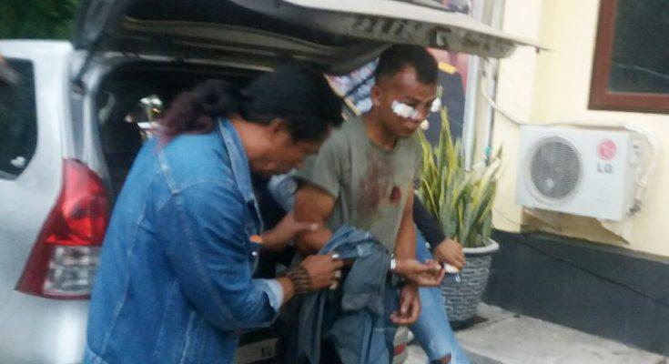 Tersangka Syamsul Arifin, saat digelandang ke Mapolres Situbondo. (foto:fat)