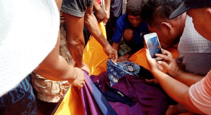 Petugas gabungan, saat mengevakuasi mayat pria tanpa identitas ke RSU Situbondo. (foto:fat)