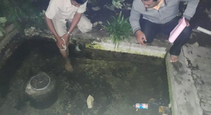 Petugas saat menunjukan kolam dan melakukan olah TKP di lokasi kejadian, tempat korban ditemukan tenggelam. (foto:fat)