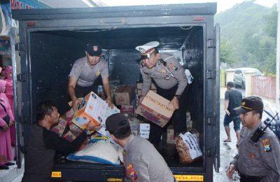 Polres Situbondo mengirimkan bantuan untuk para korban banjir bandang di Bondowoso. (foto:fat)
