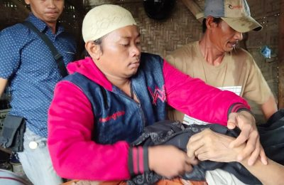 Korban saat dievakuasi dari lokasi. (foto:fat)
