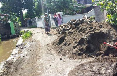 Proyek drainase di Desa Curah Jeru, yang dikeluhkan warga. (foto:fat)