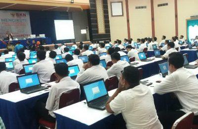 Ratusan peserta saat mengikuti tes SKD CPNS di GOR Baluran Situbondo. (foto:fat)