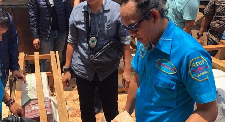 Deputi Pemberantasan BNN Irjen Pol. Arman Depari memperlihatkan ganja yang disita BNN di pool truk di kawasan Cipayung, Bambu Apus, Jakarta Timur, Selasa (18/2/2020). (Ist)