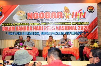 Kapolres  Situbondo AKBP Sugandi, Wabup Yoyok Mulyadi dan para wartawan  Kota Situbondo saat acara Mgopi Bareng memperingati HPN. (foto:fat)