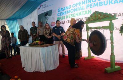 Pemukulan gong oleh perwakilan manajemen RSMK Group menandai grand opening layanan BPJS Kesehatan di Rumah Sakit Mitra Keluarga (RSMK) Pratama Jatiasih, Kamis (27/2/2020). (SIR)