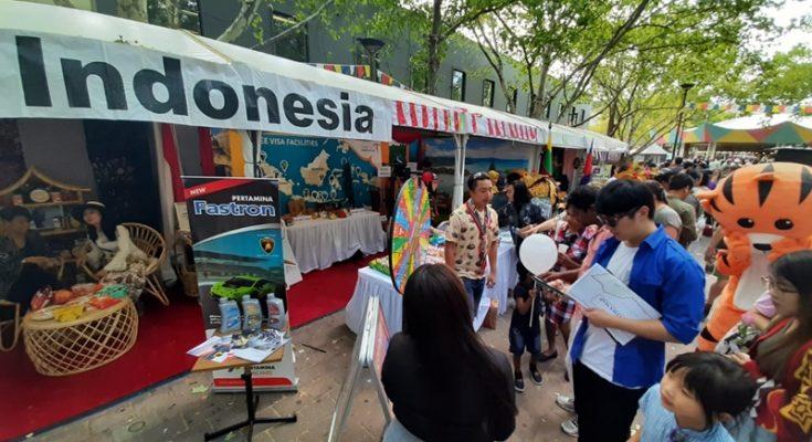 Pengunjung antusias mencari informasi pariwisata di stan Indonesia dalam event National Multicultural Festival yang dihelat di Canberra, Australia pada 22 Februari 2020. (Foto: Budi Tanjung)