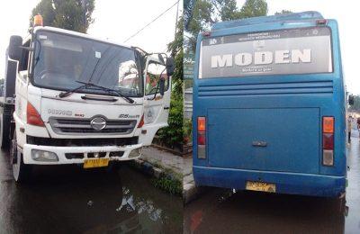 Truk dan bus yang mengalami tabrakan beruntun menewaskan satu pengendara motor. (foto:fat)