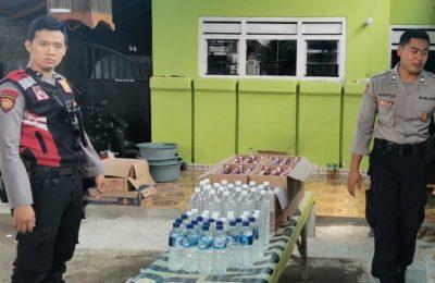 Petugas saat mengamankan ratusan botol miras dari salah satu toko kelontong di Desa Wonorejo, Kecamatan Banyuputih, Situbondo.(foto:fat)