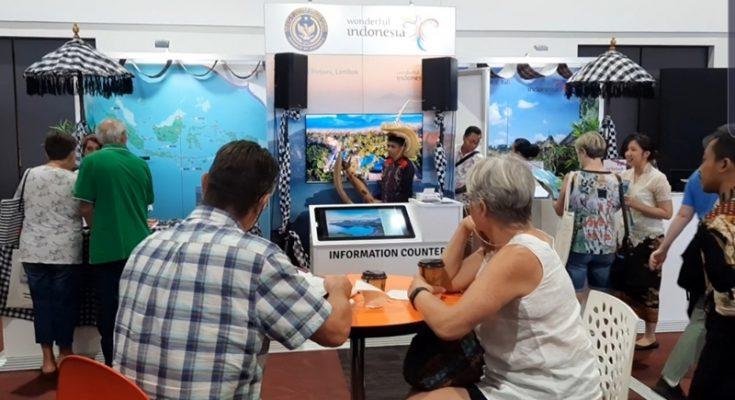 Pengunjung mencari informasi destinasi wisata di booth Indonesia di even Flight Centre Travel Expo yang dihelat di Canberra, Australia pada 23 Februari 2020. (Budi Tanjung)