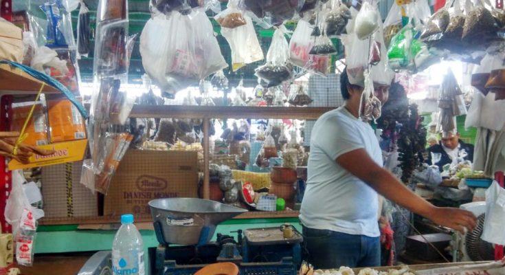 Salah seorang pedagang di pasar mimbaan baru Situbondo. (foto:fat)