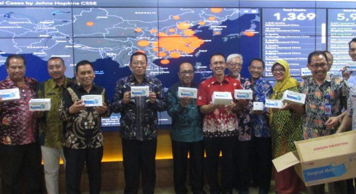 Bupati Dadang Wigiarto, Wabup Yoyok Mulyadi, dan sejumlah pejabat Pemkab Situbondo, saat menunjukan masker yang akan dikirim ke Hongkong di ruang Intellengence Room (IR) Pemkab Situbondo. (foto:fat)