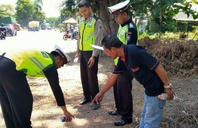Petugas saaat melakukan olah TKP  di lokasi kejadian. (foto:fat)