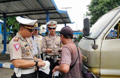 Kasatlantas Polres Situbondo AKP Hendrix K Wardhana, saat meminpin razia di terminal di Kota Situbondo. (foto:fat)