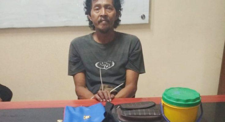 Tersangka saat diamankan di kantor polisi. (foto:fat)