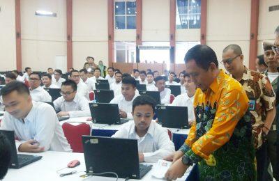 Wabup Yoyok Mulyadi, dan Kepala Kanreg II BKN Jawa Timur Tauchid Djatmiko, saat memantau langsung pelaksanaan tes SKD CPNS di GOR Baluran Situbondo. (foto:fat)