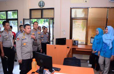 Tim IT Polda Jatim, saat cek command center Polres Situbondo. (foto:fat)