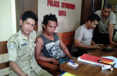 Pelaku penodongan saat diamankan di Mapolsek Kota, Situbondo. (foto:fat)