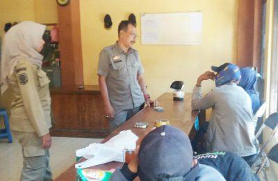 Dua pasangan mesum saat diamankan di Kantor Satpol PP Situbondo. (foto:fat)