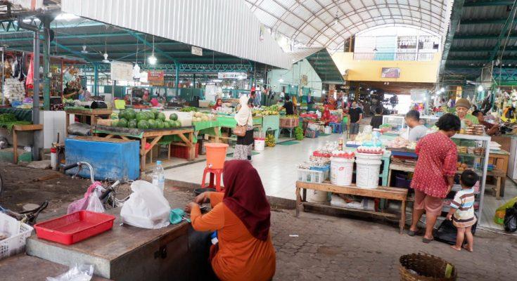 Pasar Mimbaan Baru Situbondo sepi dari pengunjung akibat wabah virus corona. (foto:fat)