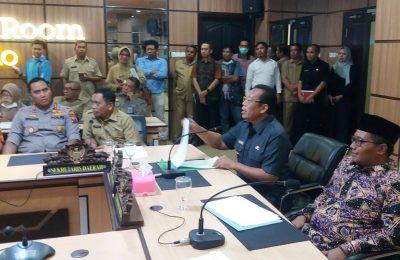 Bupati Dadang Wigiarto, saat memberikan keterangan pers kepada sejumlah wartawan di ruang IR Kantor Pemkab Situbondo. (foto:fat)