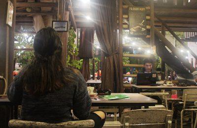 warung kopi di kota Pontianak mulai sepi sejak penerapan aturan pencegahan penyebaran COVID 19. (foto:das)