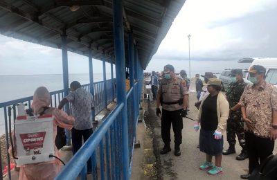 Petugas menyemprot cairan disinfektan kepada setiap penumpang kapal yang tiba di Kabupaten Rote Ndao, Jumat (27/3/2020). (Ist)