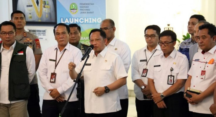 Mendagri Tito Karnavian saat konfrensi pers usai bertemu Gubernur Jawa Barat Ridwan Kamil di Gedung Sate, Bandung, Jawa Barat, Rabu (18/3/2020). (Ist)