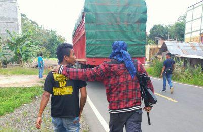 Polisi mengamankan seorang pelaku ilegal loging. (foto:das)