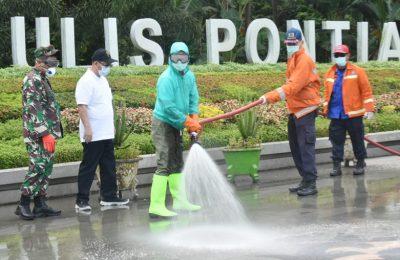 Wali Kota Pontianak, Edi Rusdi Kamtono menyaksikan penyemprotan disifektan ke tampat fasilitas umum di kota Pontianak. (foto:das)