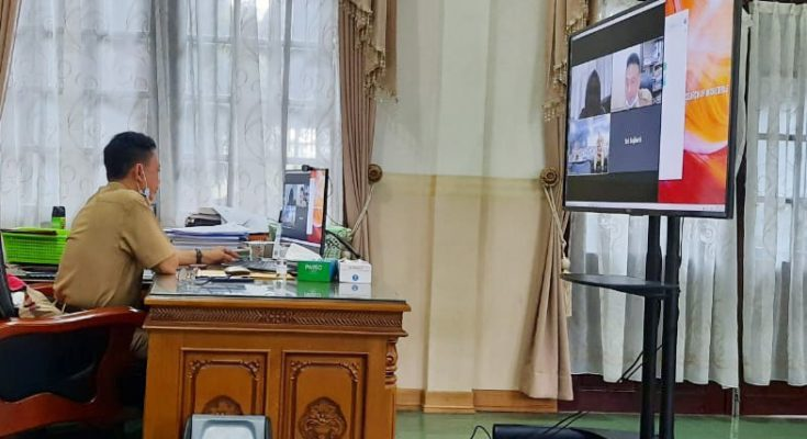 Wali Kota Pontianak, Edi Rusdi Kamtono menggelar rapat koordinasi bersama Organisasi Perangkat Daerah (OPD) melalui teleconference. (foto:das)