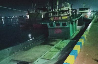 Kapal motor pengangkut BBM ilegal di amankan Polda Kalbar. (foto:das)