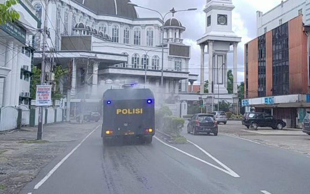 Kendaraan Water Canon Polda Kalbar saat  Semprotkan Cairan Disinfektan di Jalan Protokol Kota Pontianak. (foto:das)
