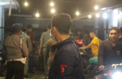 Petugas membubarkan pengunjung warkop yang masih Nongkrong . (foto:das)