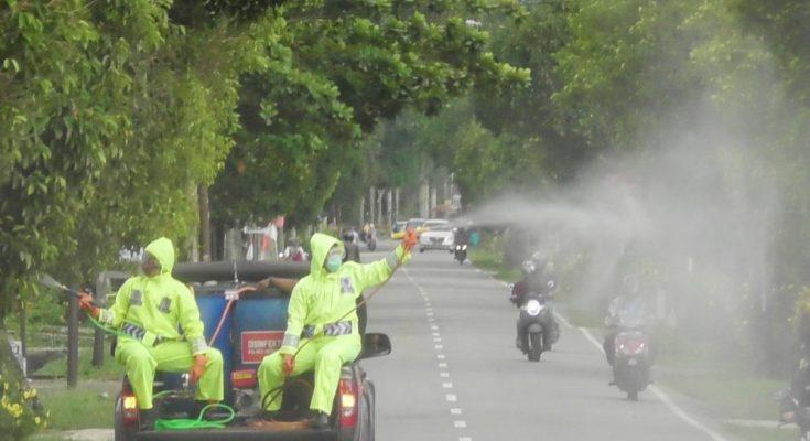 Polres mempawah melakukan penyemprotan disinfektan dengan mobil patroli yang diubah menjadi mobil penyemprotan disinfektan Cegah COVID 19. (foto:das)